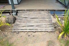 Деревянный путь пандуса для люди с ограниченными возможностями кресло-коляскы поддержки баррикад стоковые фотографии rf