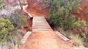 Деревянный путь планки в красной пустыне стоковые фото