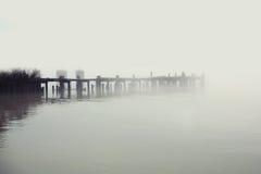 Деревянный пэр в тумане Стоковое Фото