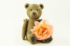 Деревянный плюшевый медвежонок с розой Стоковая Фотография