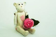 Деревянный плюшевый медвежонок с розой Стоковые Фото