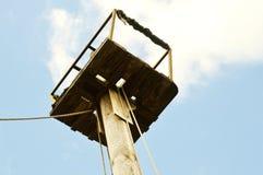 Деревянный рангоут старого корабля в голубом небе стоковые изображения rf