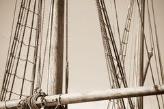 Деревянный рангоут, такелажирование и веревочки парусника Стоковые Фотографии RF