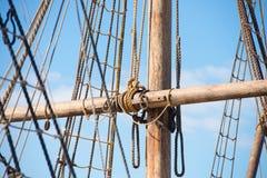 Деревянный рангоут, такелажирование и веревочки старого парусника Стоковое фото RF