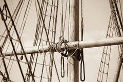 Деревянный рангоут, такелажирование и веревочки старого парусника Стоковая Фотография RF