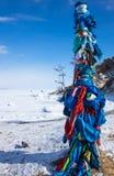 Деревянный ритуальный штендер с красочными лентами на накидке Burkhan Стоковая Фотография