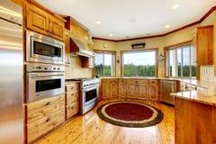 Деревянный роскошный домашний интерьер кухни. Новый дом американца фермы. Стоковое Изображение RF