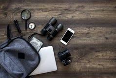 Деревянный рюкзак раскрыл путешествие портативного компьютера ножа телефона биноклей компаса фонарика увеличителя камеры пасспорт стоковые изображения