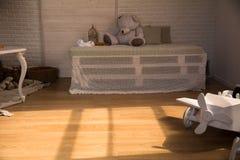 Деревянный самолет игрушки на поле Стоковая Фотография RF