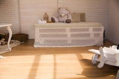 Деревянный самолет игрушки на поле Стоковая Фотография