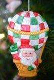 Деревянный Санта Клаус в орнаменте рождества воздушного шара на дереве Стоковая Фотография