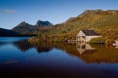 Деревянный сарай шлюпки на береге озера голубь Стоковые Изображения