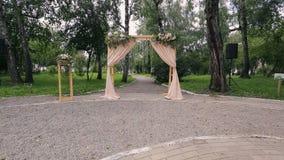 Деревянный свод с занавесами для церемонии на день свадьбы outdoors сток-видео