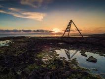 Деревянный сигнал рифа или утеса на пляже Стоковые Фотографии RF