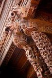 Деревянный слон высекая колонки Стоковое Изображение