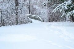 Деревянный снег моста и предпосылки на зиме Стоковое Изображение
