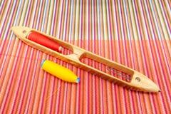 Деревянный сплетя челнок с потоком цвета шить на красивом wov стоковое изображение rf