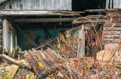 Деревянный старый загубленный дом в деревне Стоковые Фото