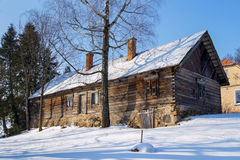 Деревянный старый коттедж предусматриванный в снеге Стоковые Фото