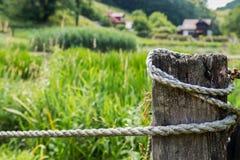 Деревянный столб с веревочкой стоковая фотография rf