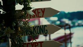 Деревянный столб с дорожным знаком что пункты к Гонконгу и Египту видеоматериал