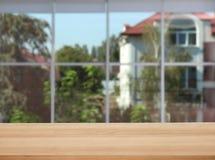 Деревянный стол во фронте стоковое изображение rf