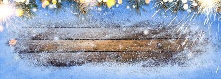 Деревянный стол зимы сезонный стоковые изображения rf