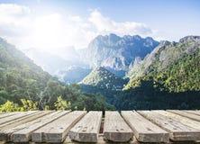 Деревянный стол и взгляд горы стоковые фото
