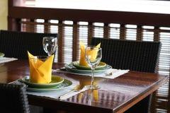 Деревянный стол и место на ресторане хорошо подготовленное острословие таблицы стоковая фотография rf