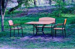 Деревянный стол и стулья внешние Стоковые Изображения