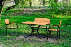Деревянный стол и стулья внешние Стоковое Изображение RF