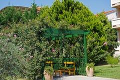 Деревянный стол и стулья и газебо Стоковое Фото
