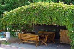 Деревянный стол и стулья и газебо Стоковые Фотографии RF