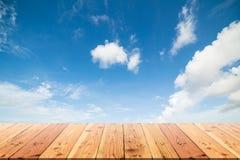 Деревянный стол на голубом небе и белой предпосылке облака Стоковая Фотография RF