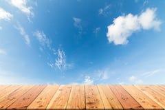 Деревянный стол на голубом небе и белой предпосылке облака Стоковые Фото