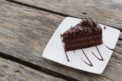 Деревянный стол плиты пути работы шоколадного торта части белый Стоковое Фото