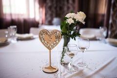 Деревянный стол свадьбы нумерует в форме сердца Стоковые Фото