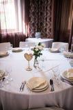 Деревянный стол свадьбы нумерует в форме сердца Стоковые Фотографии RF