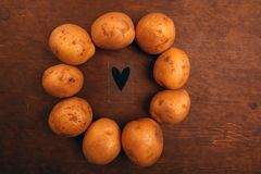 Деревянный стол символа сердца картошки никто стоковая фотография rf