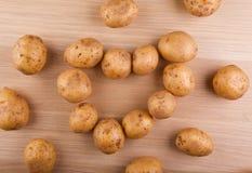 Деревянный стол символа сердца картошки никто стоковые фото