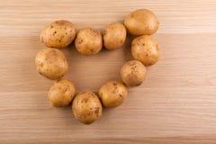 Деревянный стол символа сердца картошки никто стоковые фотографии rf