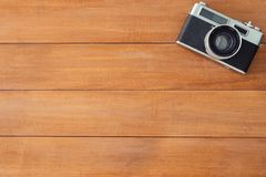 Деревянный стол стола офиса с старой камерой Взгляд сверху с космосом экземпляра Взгляд сверху старой камеры над деревянным столо Стоковые Фотографии RF