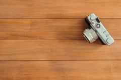 Деревянный стол стола офиса с старой камерой Взгляд сверху с космосом экземпляра Взгляд сверху старой камеры над деревянным столо Стоковая Фотография RF