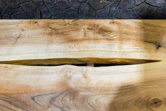 Деревянный стол с естественным отрезком в середине Стоковая Фотография RF