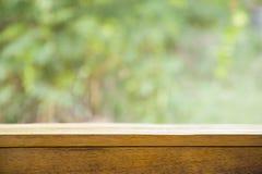 Деревянный стол с запачканной предпосылкой стоковое изображение rf