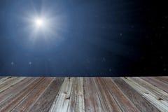Деревянный стол с светлой стеной bokeh Стоковая Фотография