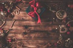 Деревянный стол с украшением рождества стоковые изображения rf