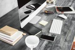 Деревянный стол с устройствами и верхней частью поставек Стоковая Фотография