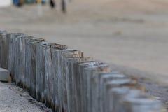 Деревянный столб на пляже Стоковая Фотография
