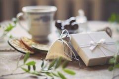 Деревянный стол вполне подарков для рождества Стоковые Изображения